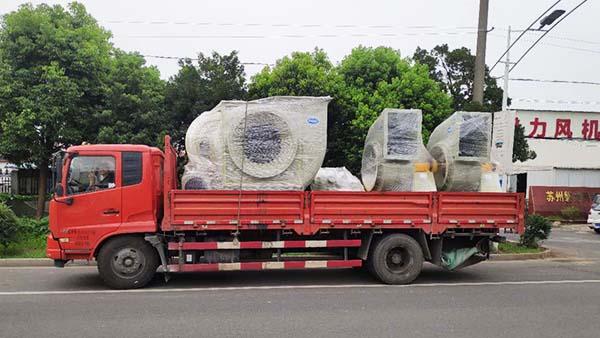 风机厂家:磐力三台玻璃钢防腐风机运往内蒙古项目现场