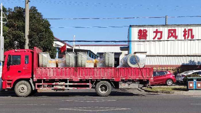 风机厂家:磐力风机六台玻璃钢风机运往上海酸洗废气项目