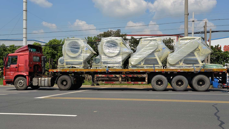 风机厂家:磐力4台耐酸碱玻璃钢离心风机运往苏州现场